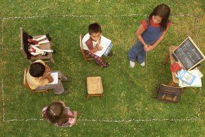 Die Kinder spielen Schule
