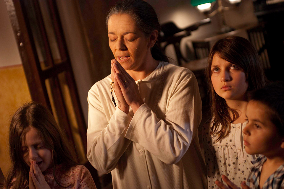 Großmutter und Manuela beten