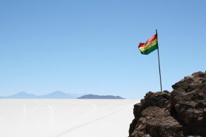 Bolivianische Flagge in der Salar de Uyuni