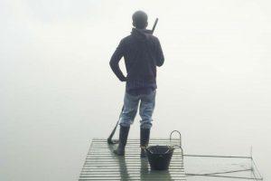 Junger Mapuche beim Fischen