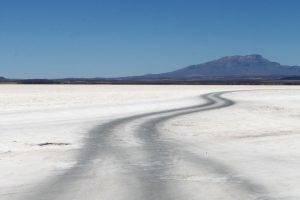 Spuren im Salz in der Salar de Uyuni