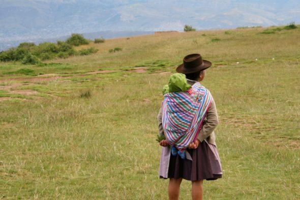Quechua-Frau mit Kind in Peru