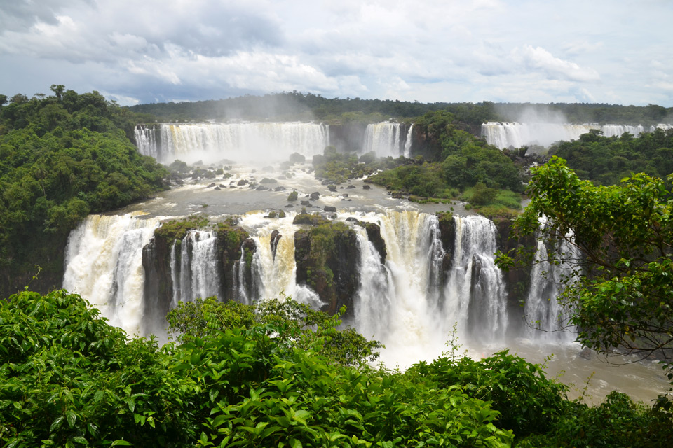 Die Iguazú-Wasserfälle im Dreiländereck von Argentinien, Brasilien und Paraguay
