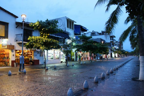 Straße in der Dämmerung – Puerto Vallarta