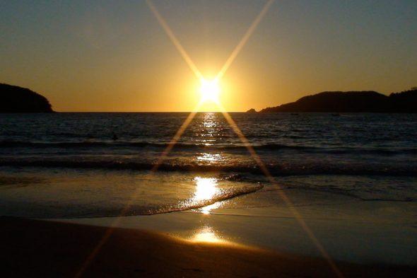 Sonnenuntergang am Playa la Ropa in Zinuatanejo, Mexiko