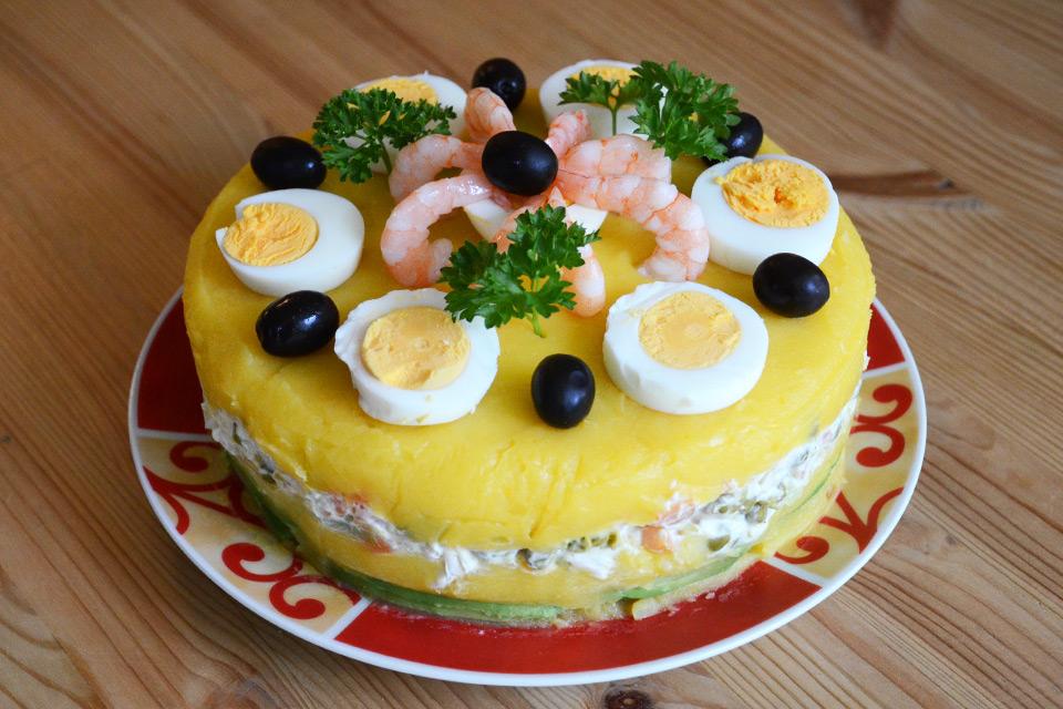 Causa Limeña Rellena – Peruanischer Schichtsalat mit Hähnchen