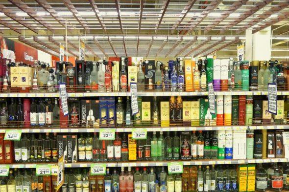 Pisco-Regal im peruanischen Supermarkt