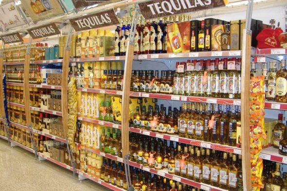 Tequila-Regal im mexikanischen Supermarkt